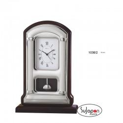 Reloj de sobremesa de madera y plata con péndulo